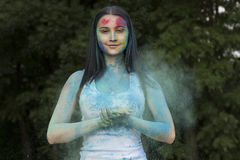 Καλή γυναίκα brunette με τη σκόνη Holi στο πρόσωπό της Στοκ φωτογραφία με δικαίωμα ελεύθερης χρήσης