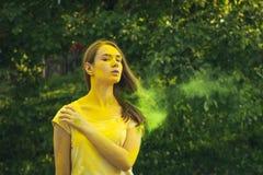 Καλή γυναίκα brunette με τη σκόνη Holi στο πρόσωπό της Στοκ εικόνες με δικαίωμα ελεύθερης χρήσης