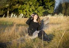 Καλή γυναίκα brunette που κάθεται στο φως του ήλιου Στοκ Εικόνες