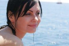 Καλή γυναίκα brunette στη θάλασσα Στοκ φωτογραφίες με δικαίωμα ελεύθερης χρήσης
