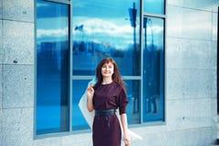 Καλή ενήλικη γυναίκα brunette που θέτει υπαίθρια Στοκ Φωτογραφία