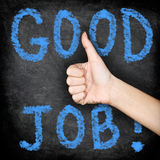 Καλή εργασία - αντίχειρες επάνω στον πίνακα Στοκ Φωτογραφία