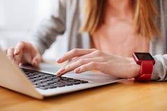 Καλή δεσμευμένη δακτυλογράφηση γυναικών στον υπολογιστή της Στοκ Φωτογραφίες