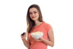 Καλή νέα γυναίκα με τη TV μακρινή και pop-corn τους κινηματογράφους προσοχής Στοκ Εικόνες