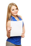 Καλή νέα γυναίκα που κρατά τον κενό λευκό πίνακα Στοκ φωτογραφία με δικαίωμα ελεύθερης χρήσης