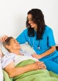 Καλή νοσοκόμα με τους ηλικιωμένους Στοκ Φωτογραφίες