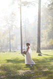 Καλή νύφη υπαίθρια σε ένα δάσος Στοκ Εικόνες