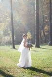 Καλή νύφη υπαίθρια σε ένα δάσος Στοκ εικόνα με δικαίωμα ελεύθερης χρήσης