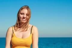 Καλή ξανθή χαλάρωση κοριτσιών υπαίθρια από την παραλία Στοκ φωτογραφία με δικαίωμα ελεύθερης χρήσης