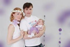 Καλή οικογένεια με το κοριτσάκι στοκ εικόνα με δικαίωμα ελεύθερης χρήσης