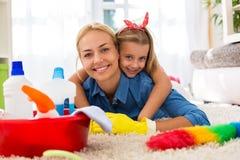Καλή οικογένεια που έχει το χρόνο μαζί και που καθαρίζει το σπίτι Στοκ Εικόνα