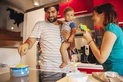 Καλή οικογένεια στην κουζίνα Στοκ φωτογραφία με δικαίωμα ελεύθερης χρήσης