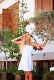 Καλή πόλης οδός κοριτσιών την άνοιξη με το ανθίζοντας δέντρο Στοκ Φωτογραφία