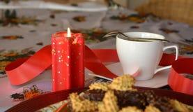 Καλή στενή επάνω εικόνα των μπισκότων και του φλιτζανιού του καφέ Χριστουγέννων Στοκ εικόνα με δικαίωμα ελεύθερης χρήσης