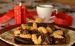 Καλή στενή επάνω εικόνα των μπισκότων και του φλιτζανιού του καφέ Χριστουγέννων Στοκ Φωτογραφίες
