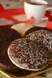 Καλή στενή επάνω εικόνα των μπισκότων και του φλιτζανιού του καφέ Χριστουγέννων Στοκ Εικόνα