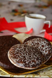 Καλή στενή επάνω εικόνα των μπισκότων Χριστουγέννων με το φλυτζάνι καφέ Στοκ Φωτογραφίες