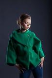 Καλή τοποθέτηση κοριτσιών στο καθιερώνον τη μόδα πράσινο παλτό, κινηματογράφηση σε πρώτο πλάνο στοκ φωτογραφίες