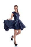 Καλή τοποθέτηση brunette στο καθιερώνον τη μόδα σκούρο μπλε φόρεμα στοκ φωτογραφία με δικαίωμα ελεύθερης χρήσης