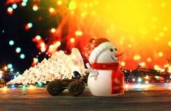 Καλή χρονιά 2017 χιονάνθρωπος χρωμάτων και χριστουγεννιάτικο δέντρο στο υπόβαθρο bokeh Στοκ Φωτογραφίες