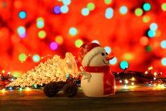 Καλή χρονιά 2017 χιονάνθρωπος χρωμάτων και χριστουγεννιάτικο δέντρο στο υπόβαθρο bokeh Στοκ εικόνα με δικαίωμα ελεύθερης χρήσης