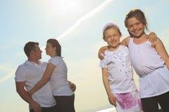Καλή χρονική οικογένεια μπροστά από τον ωκεανό Στοκ Εικόνες