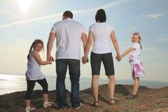 Καλή χρονική οικογένεια μπροστά από τον ωκεανό Στοκ εικόνα με δικαίωμα ελεύθερης χρήσης