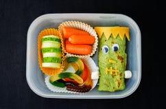 Καλαθάκι με φαγητό για τα παιδιά υπό μορφή τεράτων για αποκριές Στοκ φωτογραφία με δικαίωμα ελεύθερης χρήσης