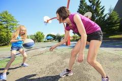 Καλαθοσφαίριση παιχνιδιού μητέρων με την κόρη του στοκ φωτογραφία με δικαίωμα ελεύθερης χρήσης
