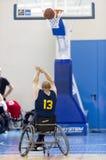 Καλαθοσφαίριση στις αναπηρικές καρέκλες για το φυσικά εκτός λειτουργίας scorin φορέων Στοκ Εικόνες