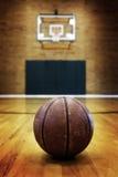 Καλαθοσφαίριση στο δικαστήριο σφαιρών για τον ανταγωνισμό και τον αθλητισμό Στοκ εικόνα με δικαίωμα ελεύθερης χρήσης