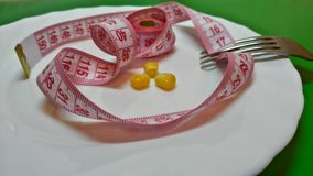 Καλαμπόκι σε ένα πιάτο, ένα δίκρανο και ένα εκατοστόμετρο διανυσματική απεικόνιση