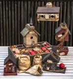 Καλαμπόκι τροφίμων πουλιών, μήλο, καρύδια και birdhouses Στοκ φωτογραφία με δικαίωμα ελεύθερης χρήσης