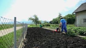 Καλλιέργεια του εδάφους με το μηχανοποιημένο εξοπλισμό στο σε αργή κίνηση ευρύ πυροβολισμό απόθεμα βίντεο