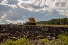 καλλιεργήσιμο γήινο καλό έδαφος ανασκόπησης που οργώνεται Στοκ Φωτογραφία