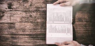 Καλλιεργημένα χέρια της Βίβλου εκμετάλλευσης ατόμων Στοκ φωτογραφία με δικαίωμα ελεύθερης χρήσης