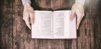 Καλλιεργημένη Βίβλος εκμετάλλευσης ατόμων εικόνας Στοκ φωτογραφία με δικαίωμα ελεύθερης χρήσης