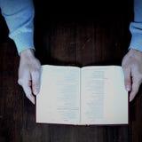 Καλλιεργημένη Βίβλος εκμετάλλευσης ατόμων Στοκ φωτογραφίες με δικαίωμα ελεύθερης χρήσης