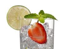 καλλιεργημένη εικόνα ενός γυαλιού με τη φέτα φραουλών κύβων πάγου και lem στοκ εικόνες με δικαίωμα ελεύθερης χρήσης