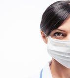 Καλλιεργημένη εικόνα ενός θηλυκού ιατρού στη μάσκα Στοκ φωτογραφίες με δικαίωμα ελεύθερης χρήσης