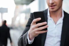Καλλιεργημένη εικόνα ευτυχές νέο να κουβεντιάσει επιχειρηματιών τηλεφωνικώς Στοκ εικόνα με δικαίωμα ελεύθερης χρήσης