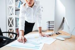 Καλλιεργημένη εικόνα μιας επιχειρηματία που δείχνει το δάχτυλο στα έγγραφα εργασίας Στοκ φωτογραφία με δικαίωμα ελεύθερης χρήσης