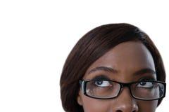 Καλλιεργημένη εικόνα της γυναίκας με eyeglasses που ανατρέχουν Στοκ εικόνες με δικαίωμα ελεύθερης χρήσης