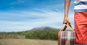 Καλλιεργημένη εικόνα της ταξιδιωτικής φέρνοντας τσάντας στο βουνό Στοκ φωτογραφία με δικαίωμα ελεύθερης χρήσης