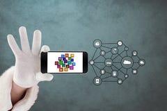 Καλλιεργημένη εικόνα του χεριού με τα έξυπνα σύμβολα τηλεφώνων και IOT Στοκ Εικόνες