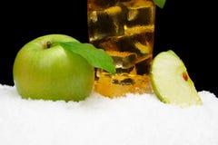 Καλλιεργημένη εικόνα του χυμού μήλων στο Μαύρο στο χιόνι Στοκ εικόνα με δικαίωμα ελεύθερης χρήσης