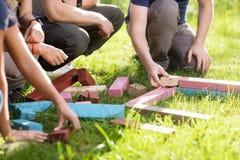 Καλλιεργημένη εικόνα των φίλων που παίζουν με τις δομικές μονάδες στον τομέα Στοκ φωτογραφίες με δικαίωμα ελεύθερης χρήσης