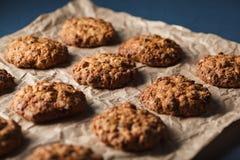 Καλλιεργημένη εικόνα oatmeal των μπισκότων με τα καρύδια σε έναν δίσκο ψησίματος Στοκ Εικόνες