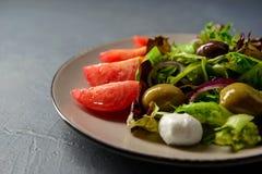 Καλλιεργημένη κινηματογράφηση σε πρώτο πλάνο φωτογραφία της φρέσκιας σαλάτας βιταμινών άνοιξη Στοκ Εικόνες