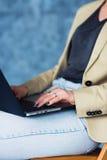 Καλλιεργημένη πυροβοληθείσα άποψη της νέας θηλυκής δακτυλογράφησης στο φορητό προσωπικό υπολογιστή Στοκ εικόνα με δικαίωμα ελεύθερης χρήσης